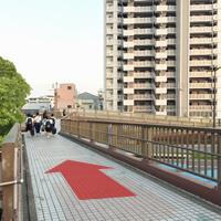 歩道橋を直進し、突き当たりの階段(左)またはスロープ(右)で地上に降ります。