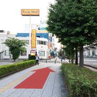 朝潮橋駅および車道を右手に、しばらく道なりに進みます。