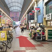 100円ショップSeria(右)や、黄色い看板のフクイヤ(左)を通過します。